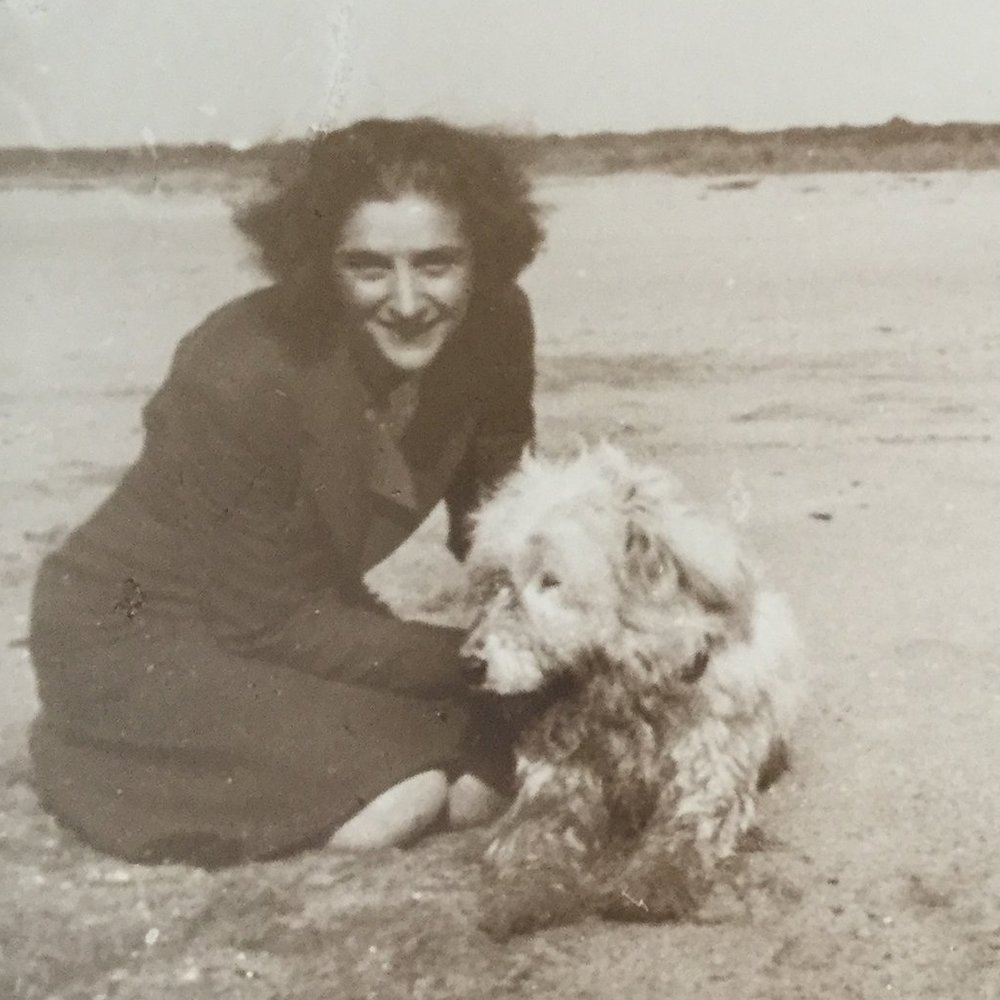 Le Costantine_Immagini_LUCIA DE VITI DE MARCO_1_Lucia con il cane Pippo.JPG