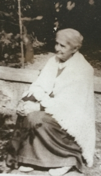 Carolina De Viti de Marco in giardino