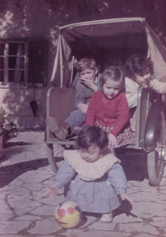 Armando, Gabriella e Teresina sul triciclo per andare a scuola