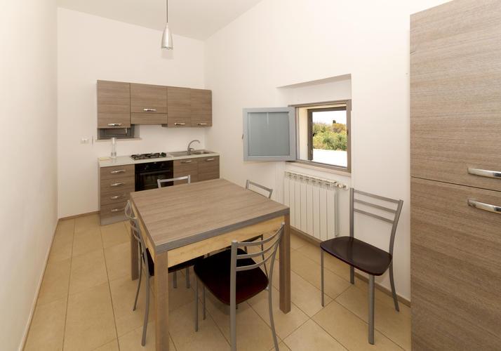 La-Casa-di-Ora-Fondazione-Le-Costantine-Camera-14c-cucina appartamento-Suite1 cucina-Ph-GioLeo-lug-2017_rad_curv_5contr_rid.jpg