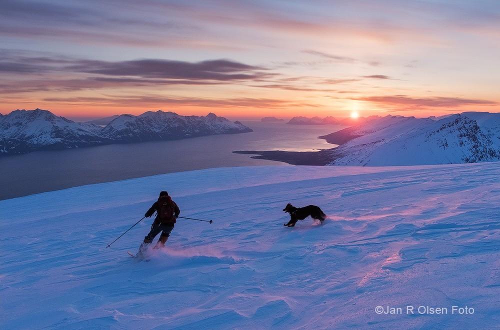 I Lyngen kan du kjøre ski i fjellet i midnattsola ©Jan R. Olsen.