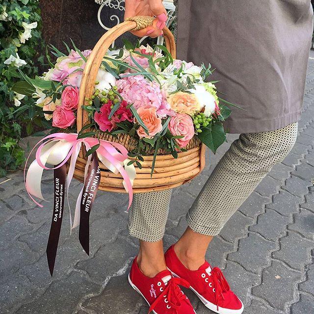 Доброе утро! 🕘 У нас работа кипит с самого утра, эта оригинальная корзина цветов отправилась дарить хорошее настроение и улыбки 😃 в эти пасмурные дни... Для заказа ☎+7-985-226-7-223 или WatsApp.  #свадьбамечты #свадьба2016 #декорсвадьбы #оформлениесвадьбы #свадебныйбукет #букетневесты #свадьба #заказатьбукет #девушки #парни #доставкацветов #цветывкоробке #цветымосква #букетназаказ #цветывподарок #букет #флористика #купитьцветы #цветывшляпнойкоробке #цветысдоставкой #недорогойбукет #цветы #москва #девушки #подарок #цветывподарок #лето #флорист #пионы #пионысдоставкой #пионывмоскве #свадьбамосква2016