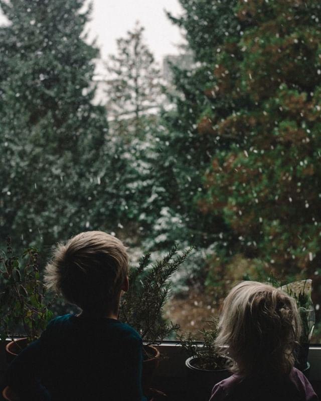 Der erste Schnee am frühen Morgen und staunende Gesichter wenn plätzchengroße Schneeflocken vom Himmel rieseln. Ein schöner 3. Advent! #wuppertalistschön #slowliving #sharegoodvibes