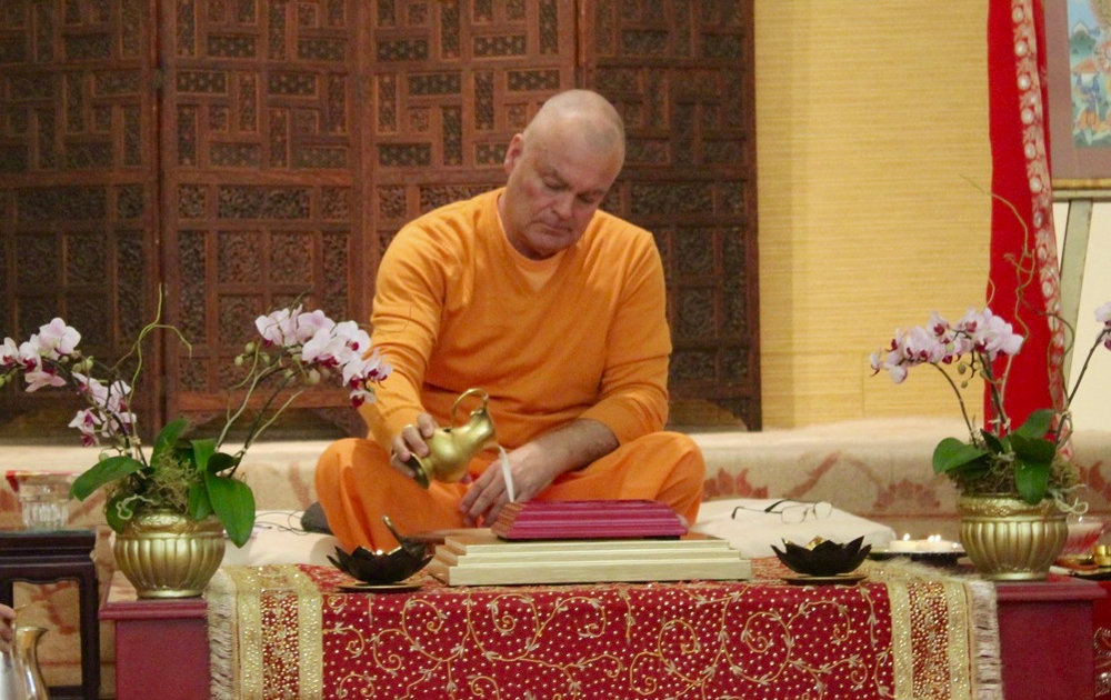 Swami Chetanananda performing abishek