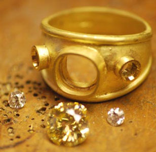 yellow-diamond-three-stone-yellow-gold.jpg
