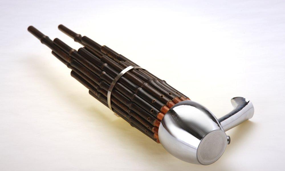笙 Sheng - 笙這件樂器或許對很多人來說都是陌生的,它並非常見的中樂亦非中樂團的焦點,很多時候都只是坐在後排擔當和聲及墊底的角色,因為它是中樂裡少數、甚或唯一能夠同時吹奏多音的樂器,因此它被安排在樂團的定位多為吹奏和弦,為整隊中樂團提供支撐,是獨特而不可或缺的樂器。不同種類的笙在音色上會有些微分別,一般聲音音色較尖較薄,亦可擔起「旋律主音」的角色。