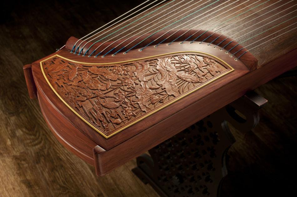 古箏 Guzheng - 古箏屬於撥弦樂器,有豐富的彈奏技巧,變化多端,能夠應付許多不同類型的音樂。隨此以外,因其音色優美、音域寬廣,古箏乃是在中國古代最為廣泛被學習的樂器,亦在當代被譽為「眾樂之王」及「東方鋼琴」。古箏的音弦分佈為五聲音階,因此當出現4音(fa)與7音(ti)時,需依靠左手在箏碼左側的弦段上用力按壓。因此學習古箏,皆會附以對音準的聽力訓練,能夠提升學生的音感,對學習音樂以至是其他樂器皆有偌大幫助。