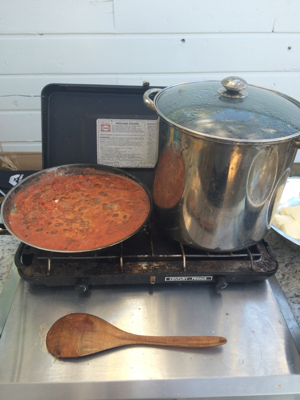 Now the tomato sauce simmers before a meal together