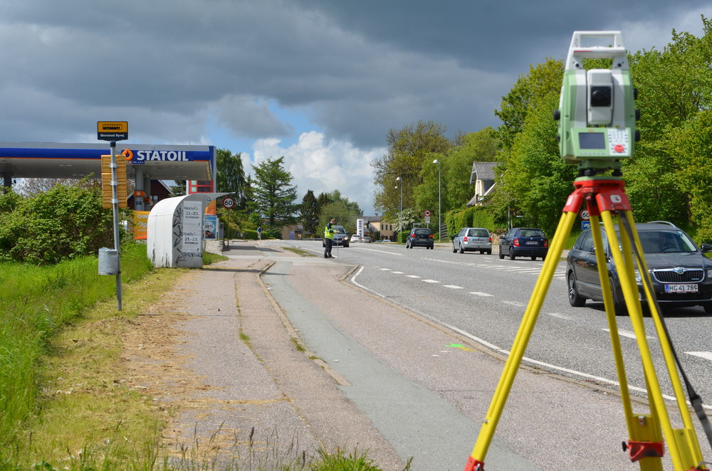 Landinspektøren er i gang med at måle bredden på Kongevejen på strækningen fra Drabækken og frem til lidt nord for T-krydset ved Sortemosevej. Foto: AOB
