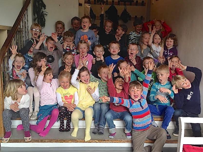 I år har man på Blovstrød Skole modtaget 41 børn i mini-SFO. Her er et gruppe-fjolle-foto af de mange friske børn. Foto: Mini-SFO
