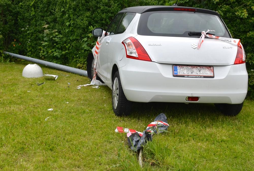 Lysmasten stod oprindeligt placeret bag bilen, hvor el-kablerne stikker op ad jorden. Foto: AOB