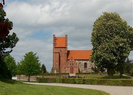 I en lang periode står kirken udvendig hvidkalket. Først omkring 1860 fjerner man hvidtningen, og kirken femtræder herefter i blank mur med rødt tegltag.
