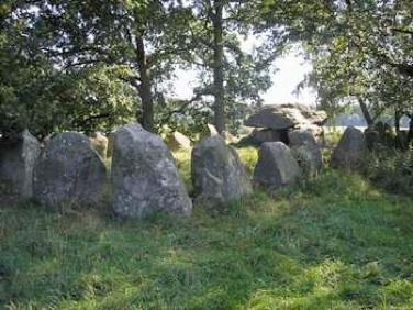 'Dæmpegårdsdyssen' kaldes også for 'Konge-dyssen'. Ikke fordi der er en fjern oldtidshøvding begravet, men fordi Kong Frederik VIIdeltog i udgravningen af langdyssen i 1860.