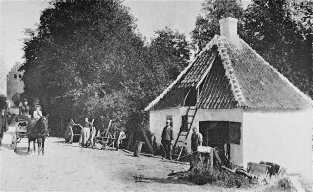 Smedie på Smedegyden (kirken i bag-grunden) - ca. 1900