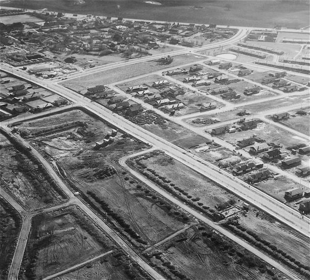 Billedet er fra 1969 og taget mod syd/vest med Blovstrød Allé og Sjælsø Allé. Bemærk, at kun en enkelt villa er påbegyndt øst for Blovstrød Allé.