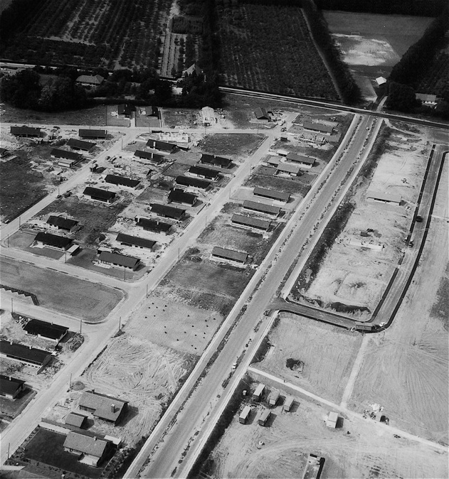 Billedet er fra 1969 og taget mod nord og viser det nordlige Blovstrød med Skovmarken, Blomstermarken, Østervang og Blovstrød Allé. Bemærk, at øst for Blovstrød Allé er der endnu kun opført én villa.