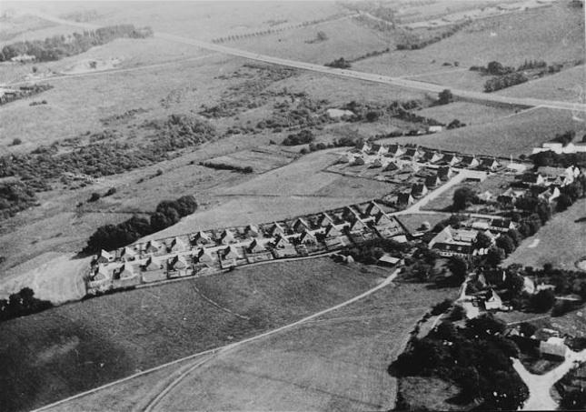 Billedet er fra 1958 og taget mod syd med Lundegårdsvej og Toften. Bemærk, at Drabæksvej endnu ikke er anlagt.