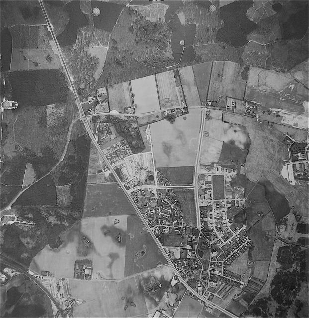 Luftfotoet er fra 1966.  Bemærk, at Blovstrød Allé og Sjælsø Allé er anlagt, men alle villaveje i den nordlige del er endnu ikke er udført. Ligesom der endnu ikke er tænkt på Blovstrødcentret, Byparken, Blosvtrødhallen og IBM. Sjælsøparken er under opførelse.