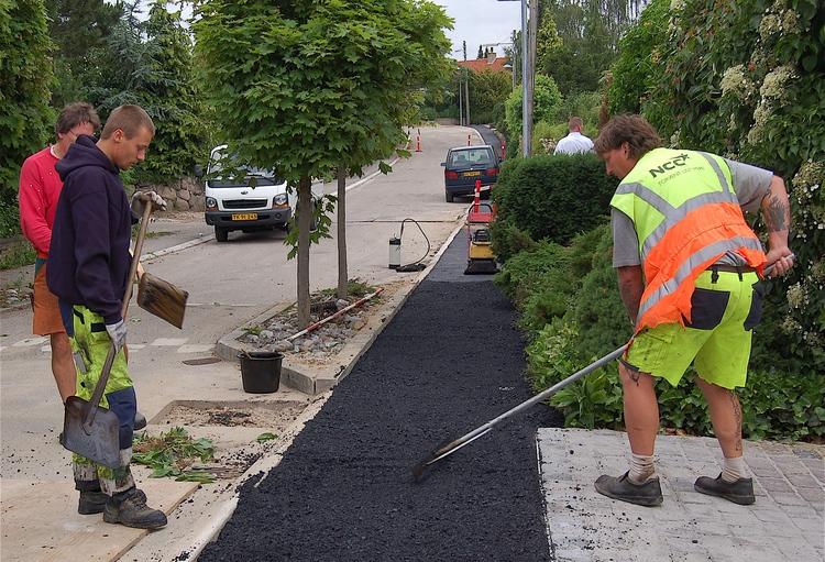 Det er fortovene på Vestervang, Humlemarken, Stubmarken, Bygvænget og Blomstermarken der blive asfalteret i første omgang. Arkivfoto: AOB