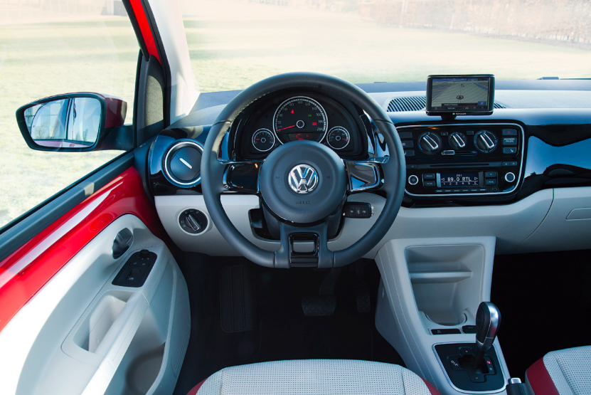 Arkivfoto af en VW Up med fastmonteret GPS