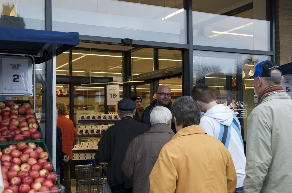 Købmand, Lars Bo Christensen fra Rema 1000 i Blovstrød, siger, at kiloprisen forbliver den samme trods de mindre størrelser. Arkivfoto: AOB
