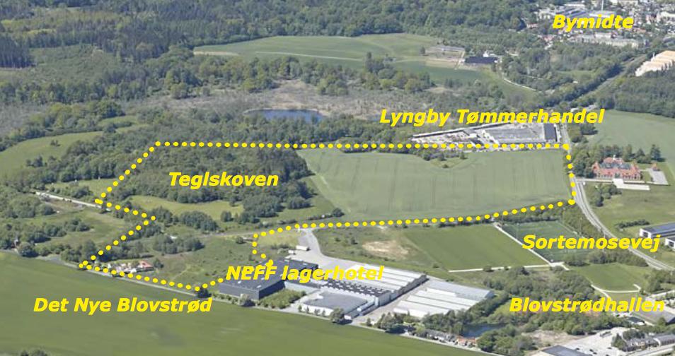 Lokalplansområdet afgrænses af den punkterede linie og udgør ca. 22 ha. I forgrunden ses marken for en del af det nye Blovstrød, og til højre i billedet løber Sortemosevej mod Lillerød.