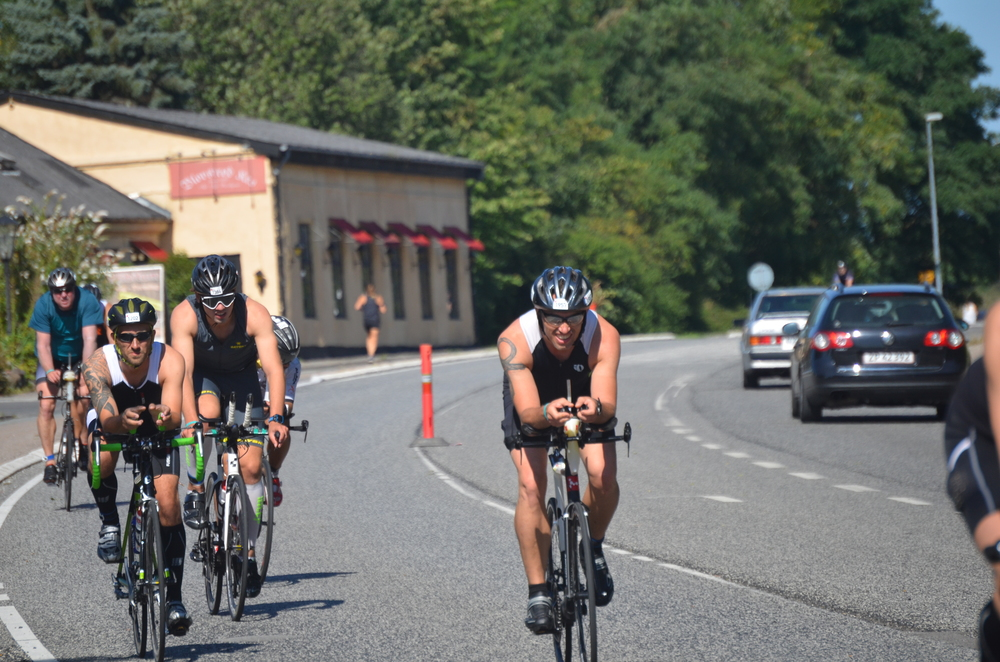 Der var hele tiden cykelryttere på Kongevejen - her ud for Blovstrød Kro. Og der var fart over feltet. Foto: AOB