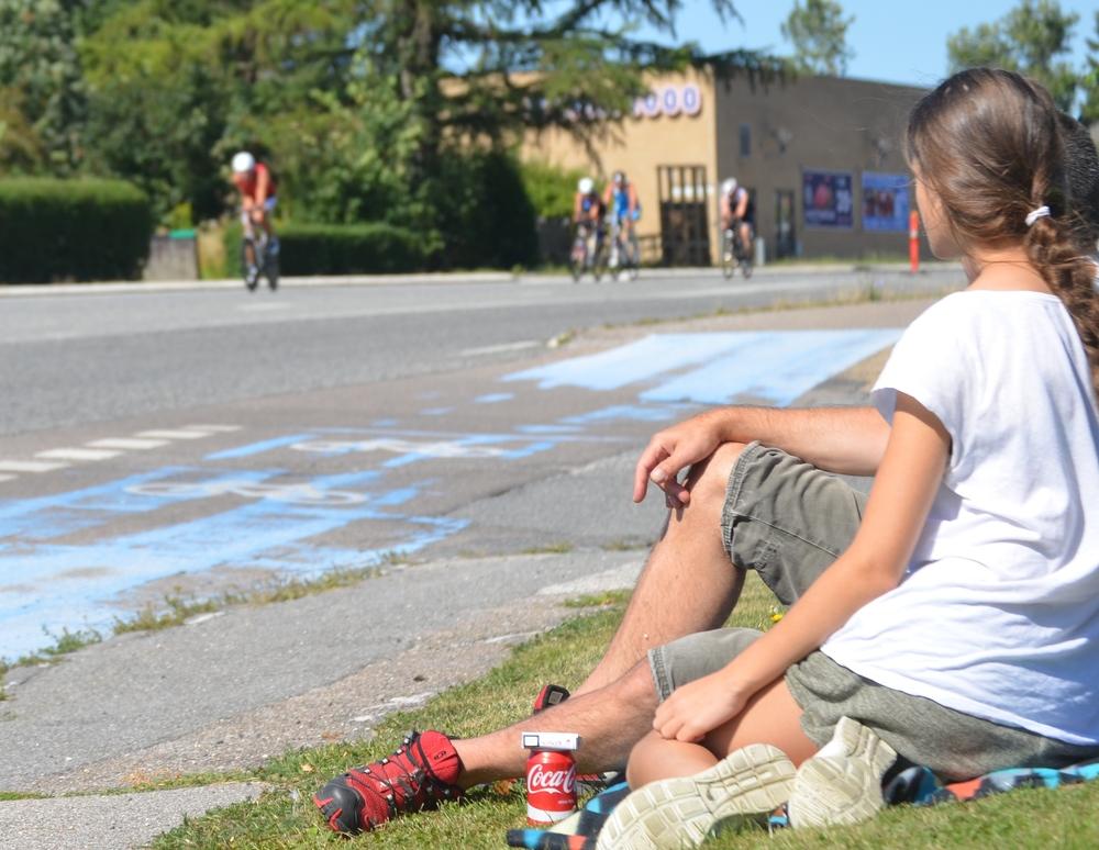 Langs hele vejen i Blovstrød fulgte Blovstrød-borgerne cykelløbet - her fra græsplænen ud for kirken. Foto: AOB