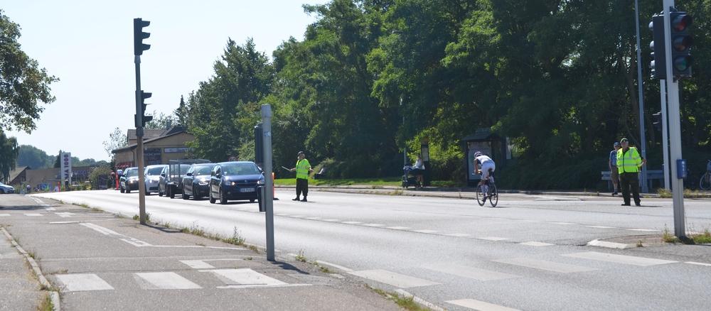 Ved T-krydset Kongevejen/Sortemosevej kunne man, hvis man kom syd fra, blive dirigeret ad Sortemosevej til Allerød, når der var 'huller' i cykelstrømmen. Foto: AOB