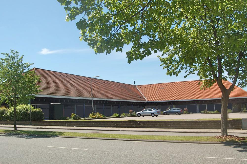 Bygningerne er oprindeligt tegnet af arkitekt Georg Jensen og opført 1968 – 1971 og fremstår karakteristisk med de store afvalmede røde tegltage og store udhæng med søjlegange.  Arkivfoto: AOB