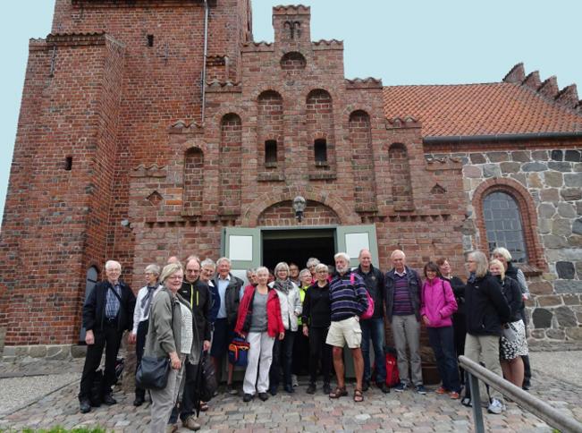 39 veloplagte og interesserede cykelentusiaster mødte som aftalt op kl. 10 ved Blovstrød Kirke, for at høre historien om kirken, der er en af landets ældste. Foto: Grete Lindahl Jessen