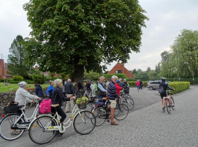 De kultur- og kirkeinteresserede kørte efter besøget i Blovstrød videre til Uggeløse Kirke.Foto: Grete Lindahl Jessen