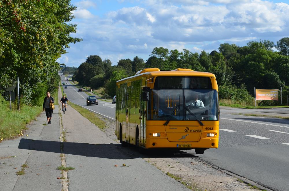 Ved den eksisterende holdeplads ud for Statoil udnytter busserne vejrabatten som vigeplads. Bilerne bag bussen er således i stand til at bruge det lange vigespor til Statoil, som overhalingsbane. Fotomanipulation: AOB