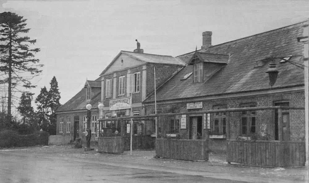 Et gammelt foto af Blovstrød Kro, hvor der lå en butik ved siden af med navnet 'Købmandshuset', og som også solgte benzin.