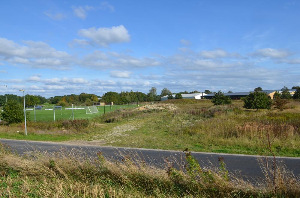 Det er arealet ved Blovstrød Teglværksvej mellem Blovstrødhallens fodboldbaner og indkørslen til NEFF, som forvaltningen peger på, der er en mulighed for opførelse af flygtningepavilloner. Foto:AOB