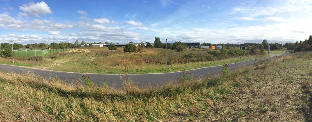 Flygningepavillonerne skal ligge på kommunens grund, som strækker sig fra Blovstrødhallens fodboldbaner til indkørslen til NEFF. Foto: AOB