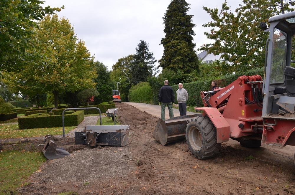 Stensætningen langs Møllestien nedlægges og i stedet plantes en bøgehæk langs vejen, hvor der samtidig sættes en granitkantsten. Foto: AOB