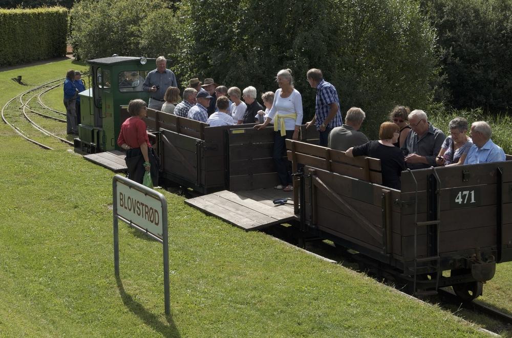 Ved Oscar Jensens Bro har passagererne mulighed for at stige af og gå en tur i området ved Allerød Sø eller søge op på højen, og tage tilbage med et senere tog. Arkivfoto: AOB