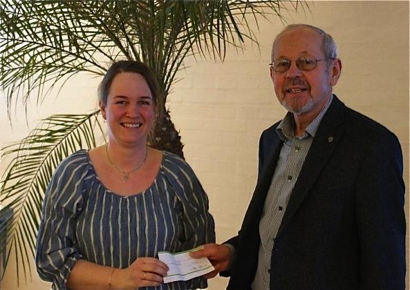Allerød Rotary Klubs præsident, Bent Helsted, overrakte for nogle år siden et Rotary-legat til Blovstrød-ildsjælen, Dorthe Wager.  Foto: Jørgen Jørgensen