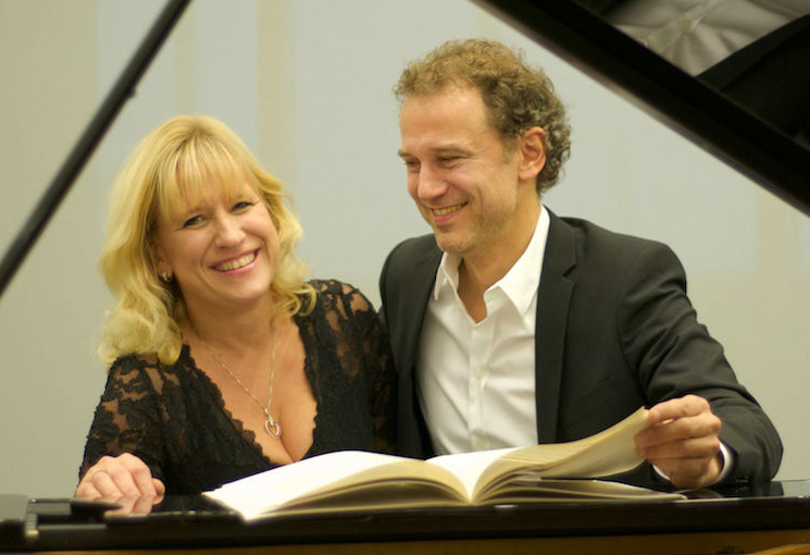 Tenor Thomas Peter Koppel og pianist Carol Conrad åbner en musikalsk pakkekalender i Blovstrød Sognegård.