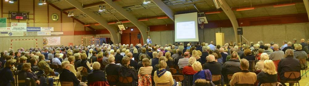 Der var så mange Blovstrødborgere (ca. 350), som havde meldt sig til orienteringsmødet om naboforholdet til Center Sandholm, at man måtte flytte mødet fra Blovstrød Skole til Blovstrødhallen. Foto: AOB