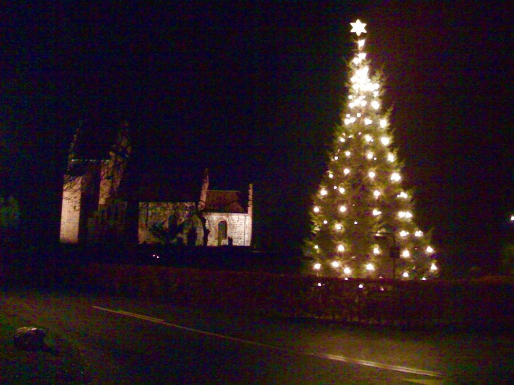 Der vil også i år være opstillet juletræ ved sognegården.Men man har besluttet, at til næste år placere det påden 'gamle' plads foran selve kirken på parkeringspladsen, som vist på billedet. Arkivfoto: AOB