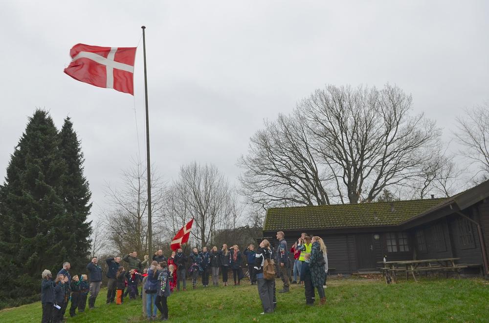 Spejderne startede med at stryge flaget ved 'Bjælkehytten'. Foto: AOB