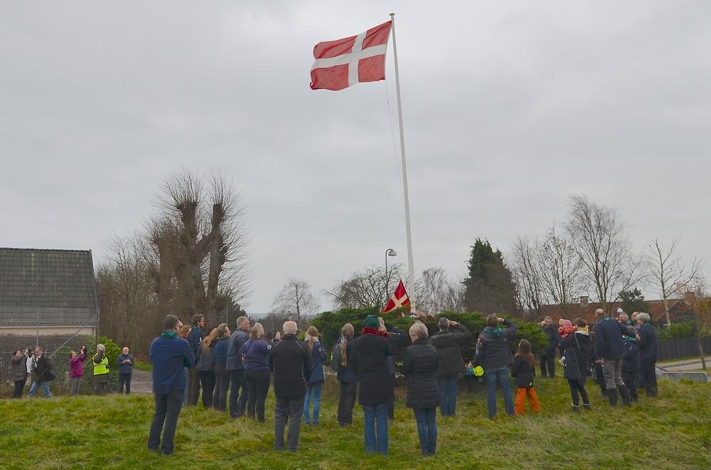 Ved den nye spejderhytte hejste man flaget med spejderhonnør. Foto: AOB