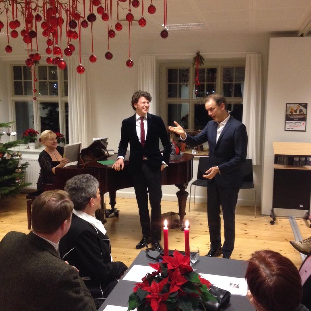 Det var en fantastisk julekoncert i sognegården med de to tenorer Thomas Peter Koppel og sønnen Jonathan Koppel samt pianisten Carol Conrad. Foto: Michael Jørgensen