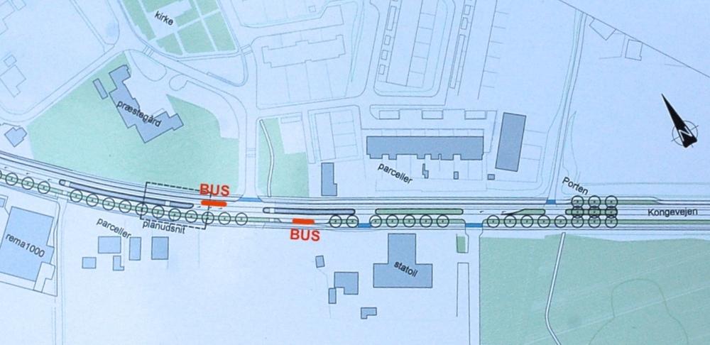 Busstoppestederne på Kongevejen bliver placeret ved Blovstrød Byvej, som vist på ovenstående plantegning. Illustration: NIRAS. Rød markering: AOB
