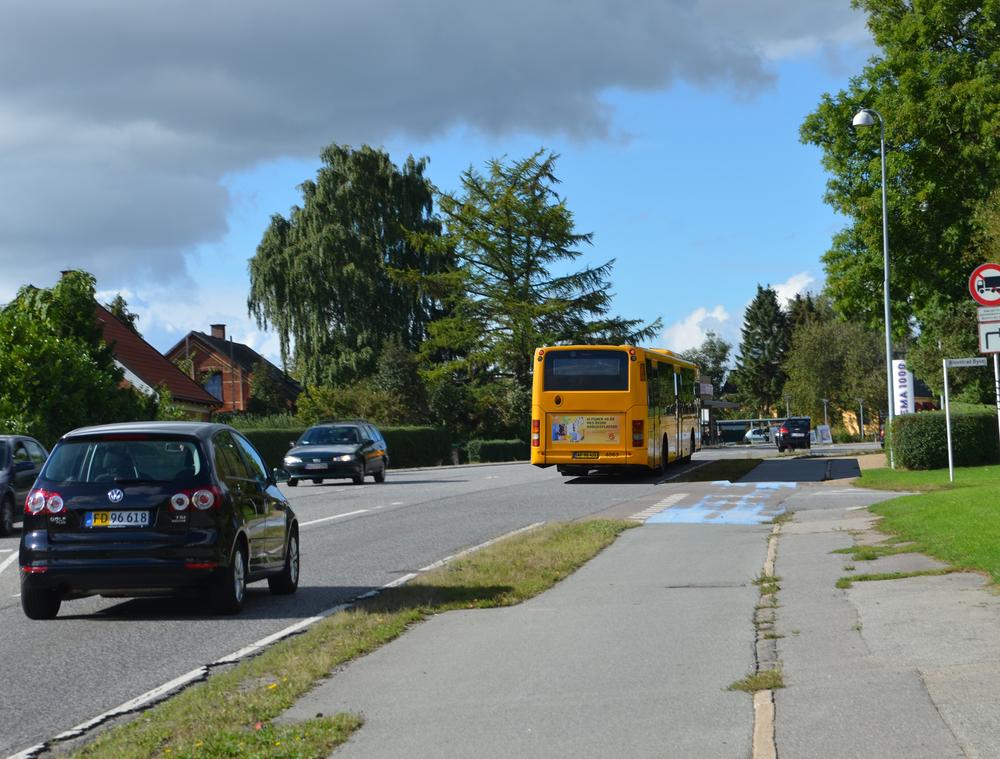 Ved den holdende bus (ved det fremtidige busstoppested ved Blovstrød Byvej) vil det være fristende for bilisterne at overhale bussen - men dødsens farligt - fordi overhalingen vil ske i venstresvingsbanen for de nordfrakommede bilister, som skal ind ad Blovstrød Byvej. Foto: AOB