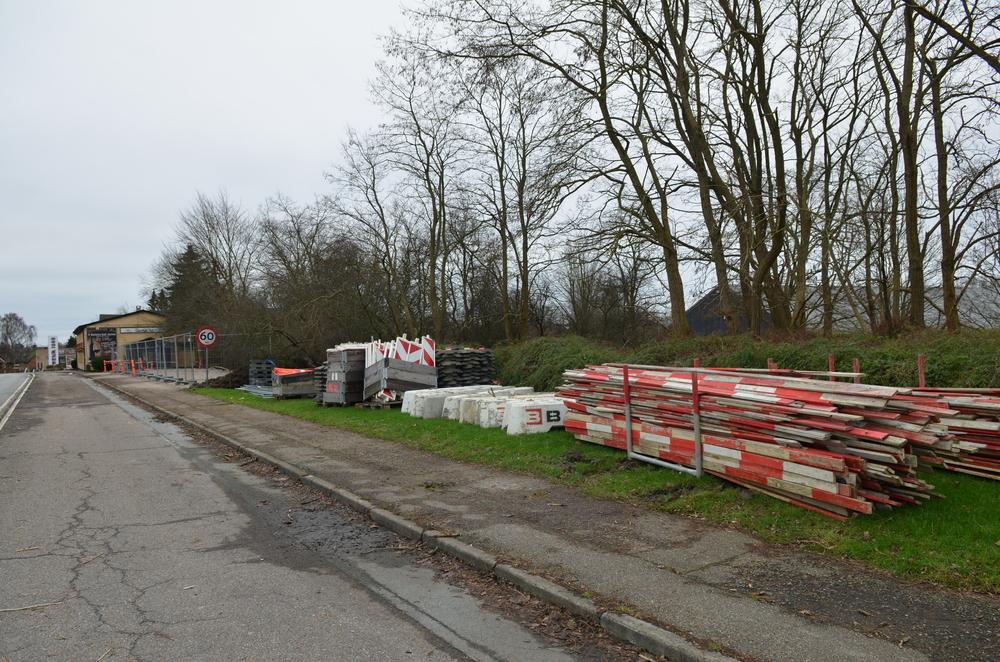 Entreprenørens oplagsplads strækker sig fra Blovstrød Kro og nordpå tæt til det nuværende busstoppested, som fremover nedlægges. Foto: AOB