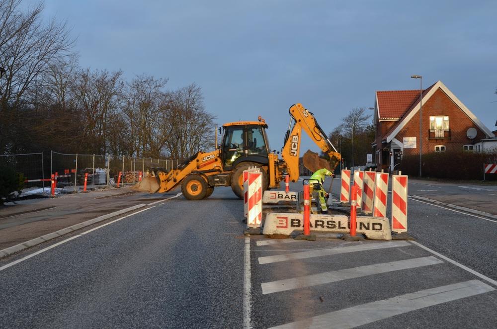 Undertiden må bilisterne have tålmodighed og vente på, at entreprenørmaskinerne arbejder på tværs af kørebanen. Foto: AOB