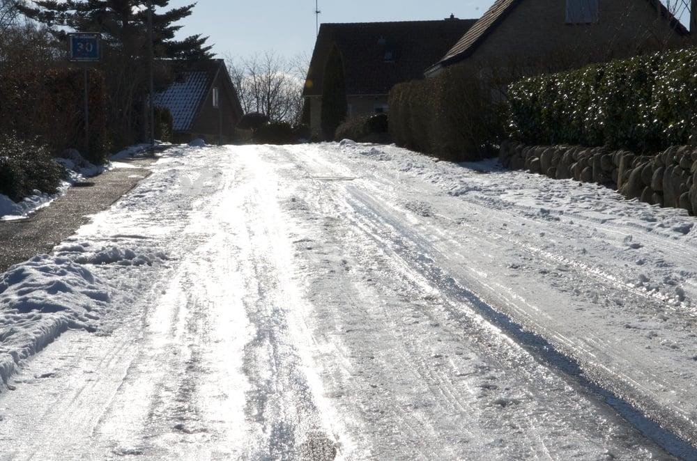 Utrolig glatte veje i Blovstrød, som ikke kan forceres af biler med mindre de er forsynet med pigdæk. Det er resultatet af, at kommunen ikke gør noget ved de lokale veje. Foto:AOB
